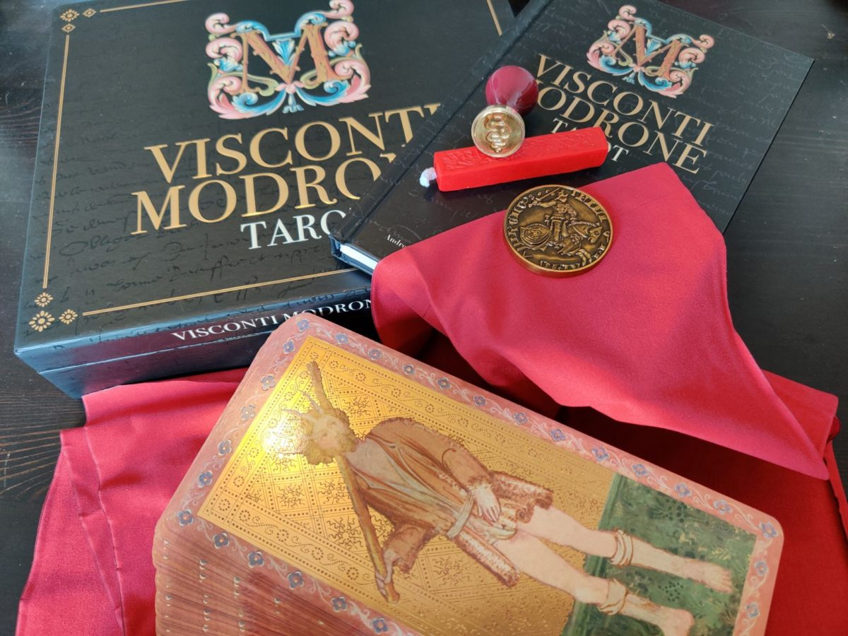 Photo of the Visconti Modrone tarot and its packaging and extras